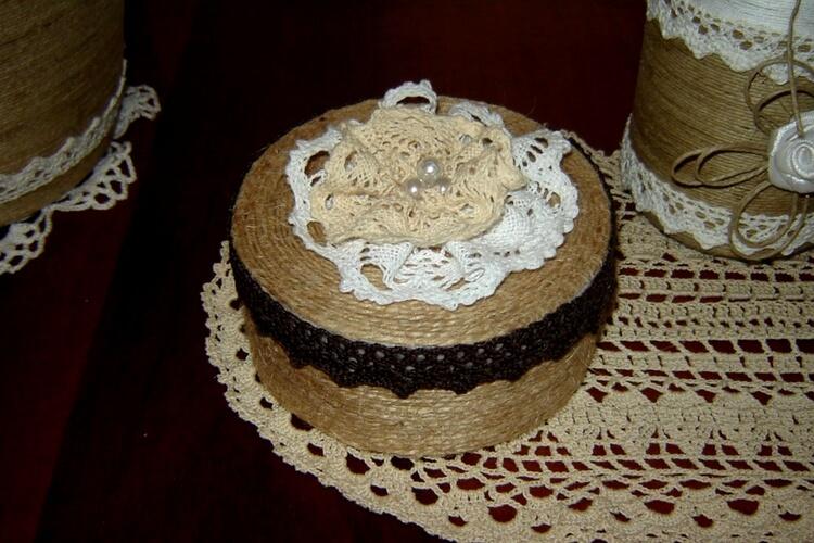 Okrągłe pudełeczko w stylu rustykalnym