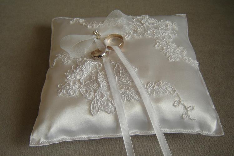 Poduszeczka na obrączki ślubne z elementami koronki