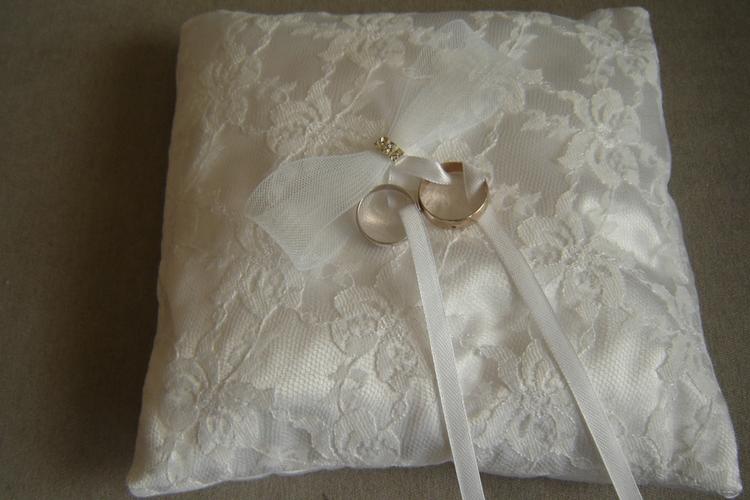 Poduszeczka na obrączki ślubne obszyta tkaniną koronkową