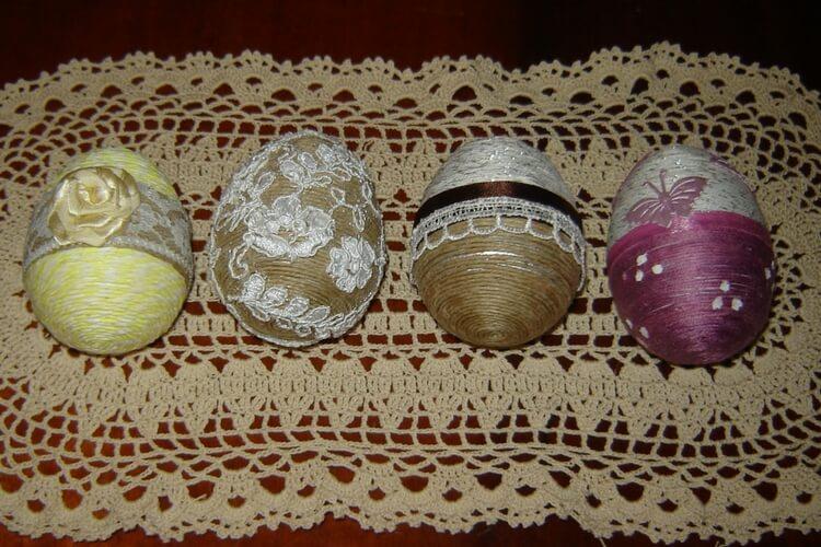 Jajka ze sznurka konopnego z dekoracyjnymi aplikacjami