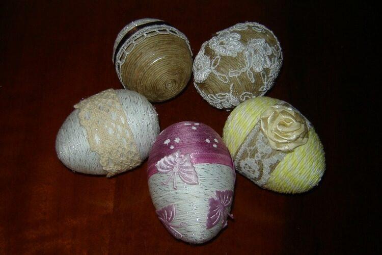Jajka ze sznurka konopnego i ozdobnych nici