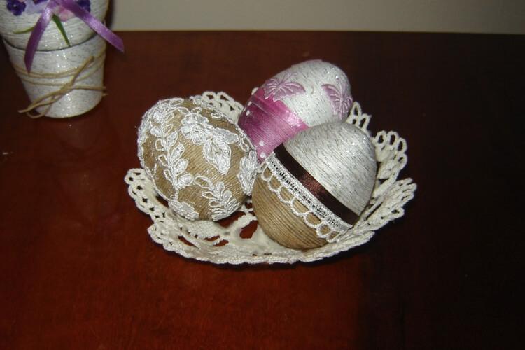Mała szydełkowa miseczka z ozdobnymi jajkami DIY
