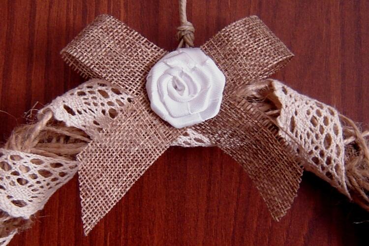 Wianek wielkanocny ze sznurka ozdobiony koronką i kokardką z satynowej tasiemki
