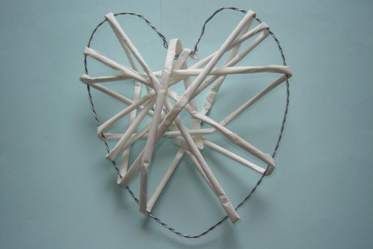 Serce z wikliny papierowej DIY - owijanie rurek wokół formy