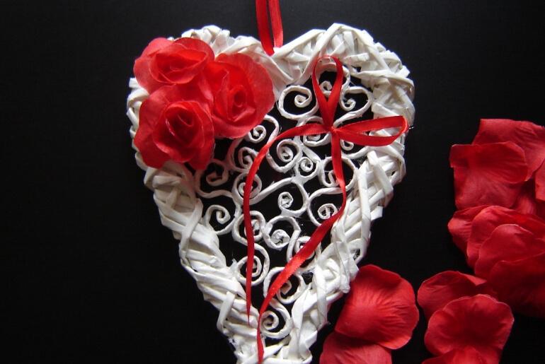 Walentynkowe serce z wikliny papierowej z płatkami sztucznych róż
