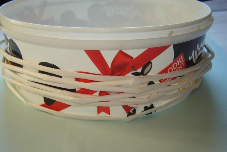 Wianek bożonarodzeniowy z wikliny papierowej - owijanie rurek wokół formy