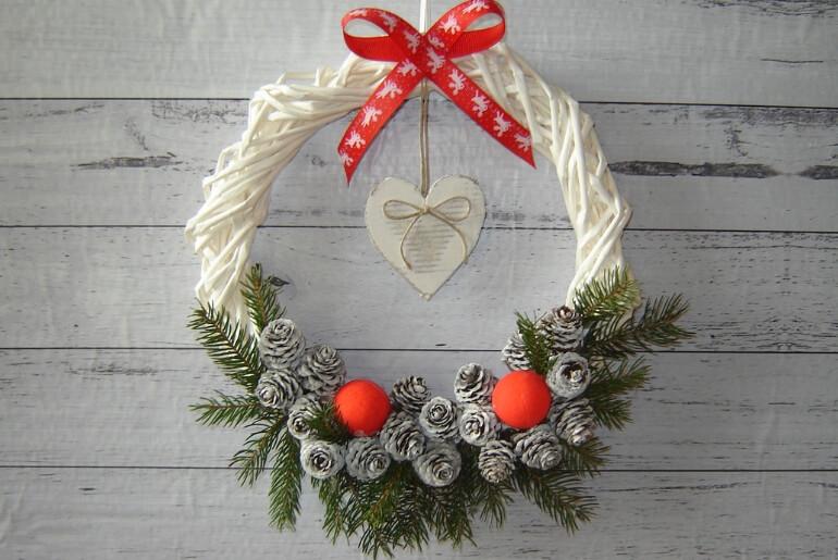 Wianek bożonarodzeniowy z wikliny papierowej z ozdobnym szyszkami i świerkiem