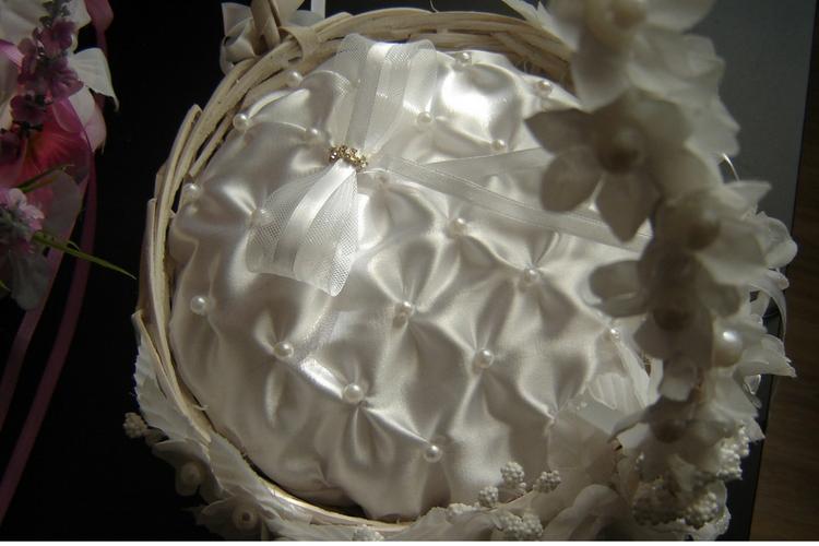 Koszyczek na obrączki z kokardką i perełkami