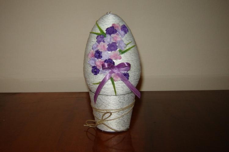 Jajko ze sznurka konopnego ozdobione sztucznymi kwiatkami
