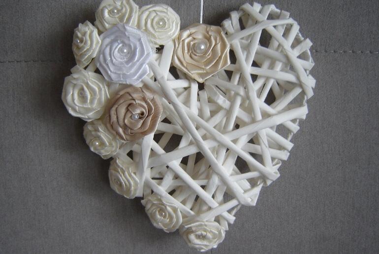 Serce z wikliny papierowej z satynowymi różyczkami