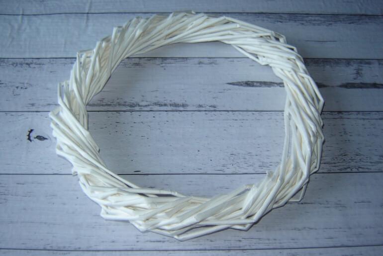 Wianek bożonarodzeniowy z wikliny papierowej - etapy wykonania