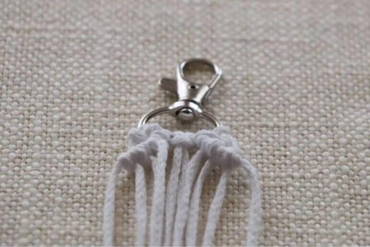 Breloczek do kluczy z makramy - węzeł rypsowy