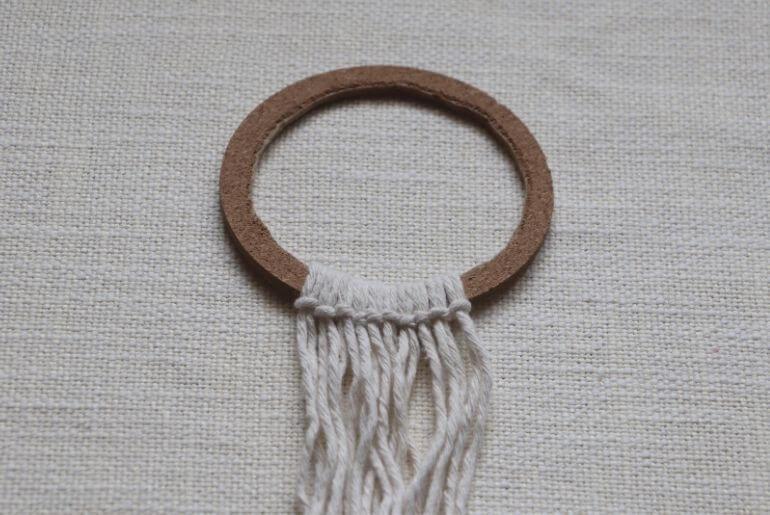 Wianek z makramy - mocowanie sznurków na obręczy
