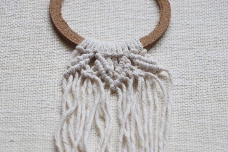 Wianek z makramy - wzór z potrójnych węzłów rypsowych