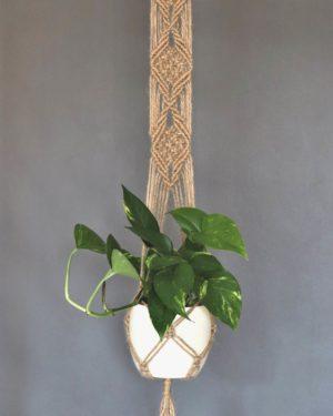 Makramowy kwietnik ze sznurka jutowego